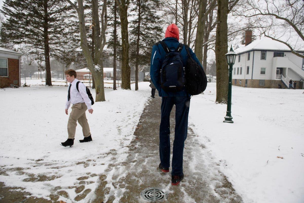 Robert Bobroczkyi Romania Spire Institute in Geneva Ohio EEUU United States Estados Unidos adolescente mas alto del mundo 7 foot 7 inches 231 metros escoliosis gigantismo sindrome
