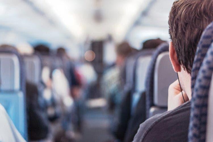 acto de bondad de una pareja para el pasajero de al lado en primer vuelo de avión con su bebe kindness baby first flight passenger kit cute madeline danaus chang