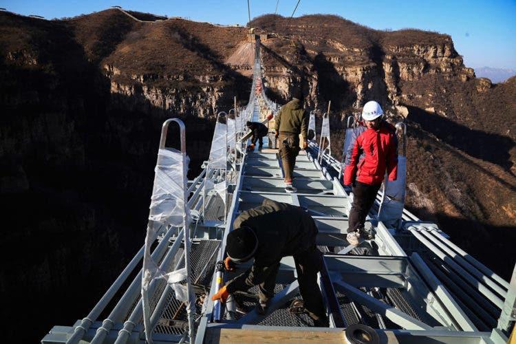 atraccion turistica inaugurado el puente de cristal más largo del mundo en china Hongyagu Pingshan County, north China's Hebei Province, turistas glass bottomed bridge longest tourism tourist attraction asia
