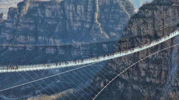 atraccion turistica inaugurado el puente de cristal más largo del mundo en china Hongyagu Pingshan County, north China's Hebei Province, turistas glass bottomed bridge longest tourism tourist attraction asia