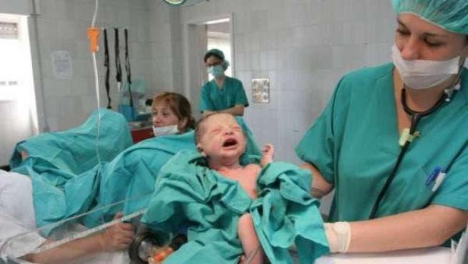 Intenta devolver a su nieto a la clínica donde nació porque «era ...