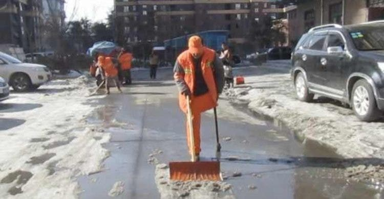 hombre con una pierna que también es sordo ha trabajado como barrendero toda su vida nunca ha tomado un dia libre es un ejemplo de trabajo y superación Shang Wuyi China 46 años