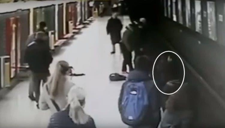 El pánico invade una estación de tren en Italia cuando un niño cae ...