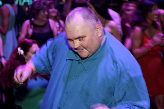 Sean O'Brien mocked cyberbullies burlas bullies bulling hombre gordo intentando bailar grupo de mujeres burlaron burla redes sociales 1200 mujeres bailar hombre, mensaje positivo autoestima contra el bullying celebridades como pharrel moby lewinski