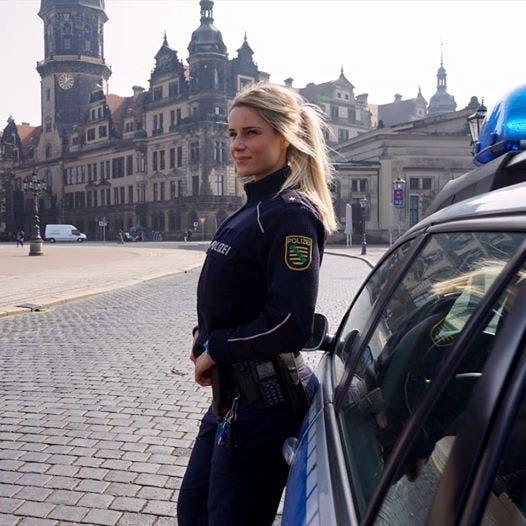 policía más sexy alemania Adrienne Koleszár instagram influencer hermosa preciosa viajera fitness moda entrenamiento cuerpo curvas mujeres mujer alemana europa europeas catira