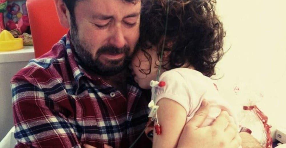 Abraza a su hija justo antes de que comience la batalla más dura de su vida