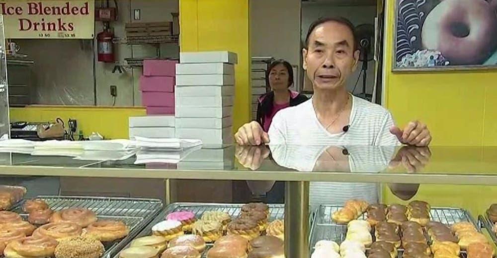 Se niega a recibir dinero para su esposa enferma y sus clientes le vacían la tienda en horas
