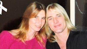 Tras la muerte de sus padres un joven de 22 años se hace cargo de sus hermanitos