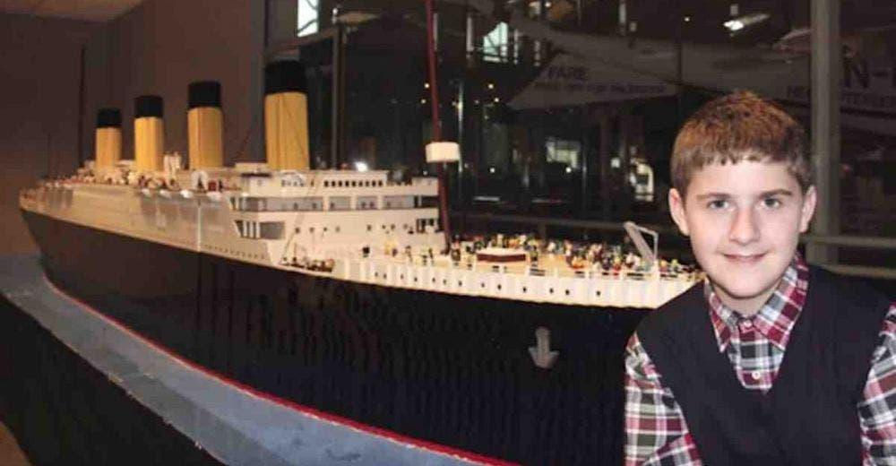 Un niño autista construye la más grande réplica del Titanic en el mundo sólo con piezas de Lego