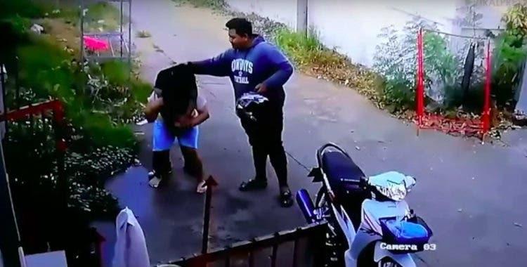 Esposa carga hombre borracho Tailandia