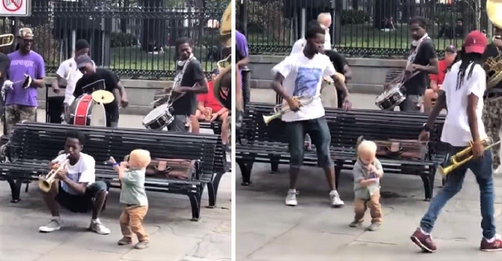 Un niño improvisa una trompeta de juguete dejando a todos deslumbrados en un concierto de jazz