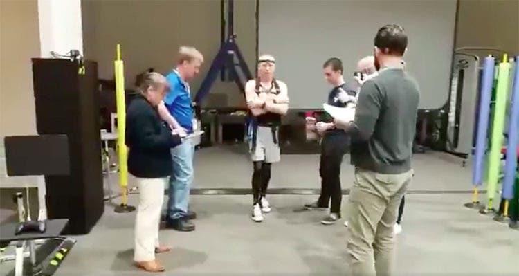 Astronauta aprende a caminar