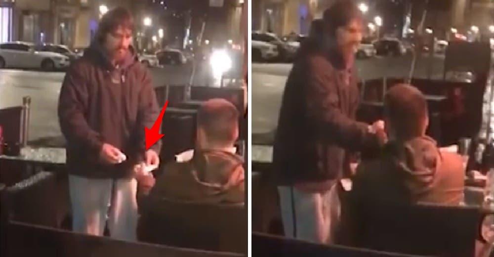Le da su tarjeta bancaria y su contraseña al hombre sin hogar que le pidió ayuda mientras comía