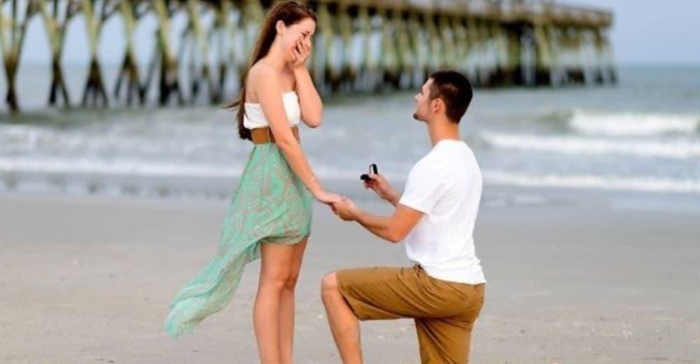 Se convierte en blanco de críticas tras publicar la foto de su anillo de compromiso