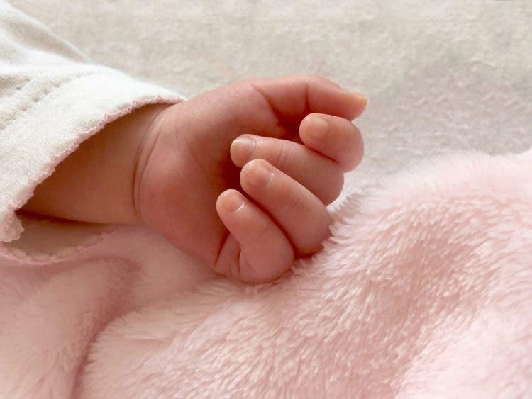 Muere una bebé de 2 años tras chupar el cargador del teléfono que estaba conectado a la pared