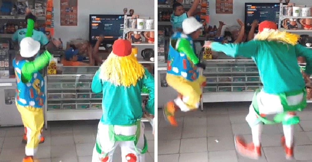 «¡Arriba las manos!» – El divertido e insólito robo de 2 payasos en una tienda se hace viral