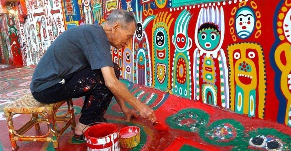 Llenando de color la aldea donde vivía evita que el gobierno claudique la decisión de demolerla