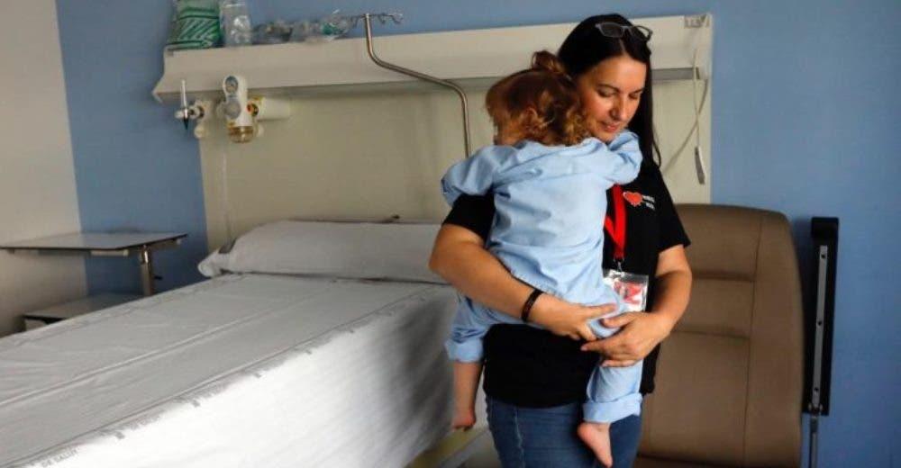 Abraza al niño que encontró solito en el hospital porque se quedó desamparado