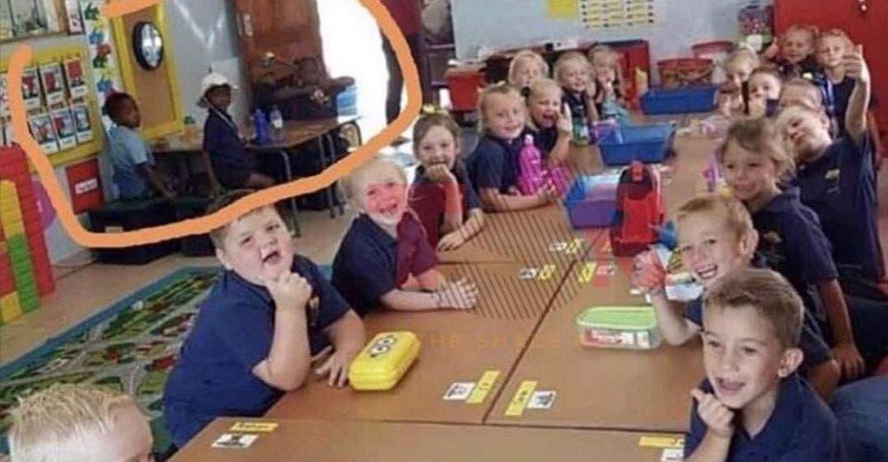 Una maestra genera indignación al separar a los niños en clase según su color de piel