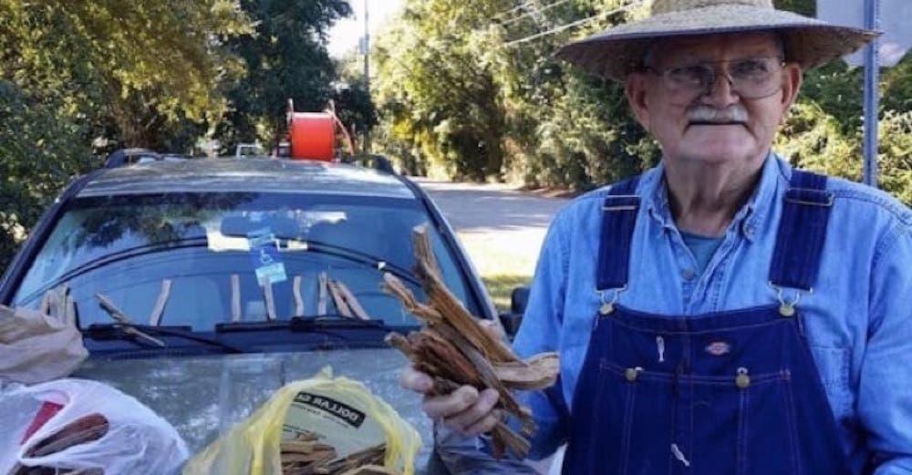 Un anciano de 80 años vende leña para pagar los gastos médicos de su fallecida esposa