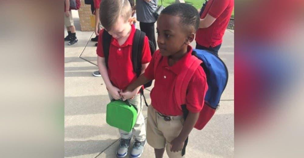 Un niño toma de la mano a un compañero autista tras verlo llorar en un rincón de la escuela