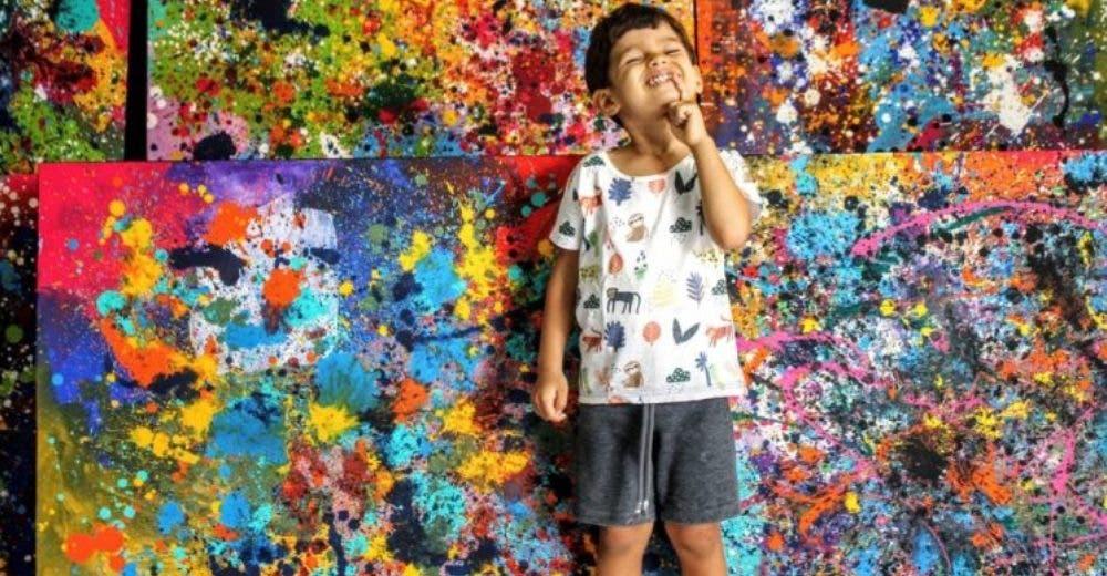 No miraba a sus padres ni hablaba hasta que comenzó a pintar lienzos a los 3 años