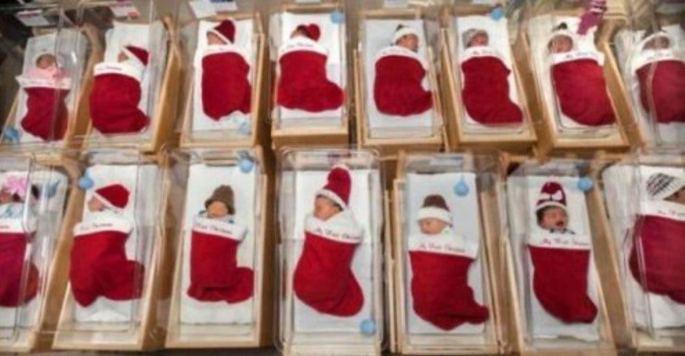 Entregan a centenares de bebés dentro de calcetines navideños como regalo de Navidad