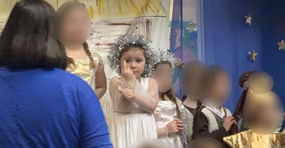 «Mamá, mira»- Una niña de 5 años vestida de ángel levanta el dedo en pleno acto de Navidad