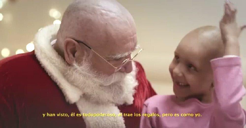 Papá Noel se queda sin cabello en un vídeo de Navidad que emociona al mundo
