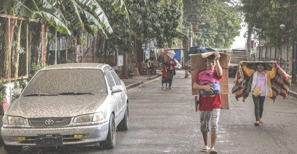 Los residentes huyen despavoridos tras la repentina erupción del volcán más turístico del mundo