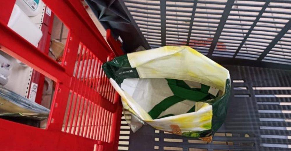 Escucha llantos desde de un carrito del supermercado y alerta de inmediato a la policía