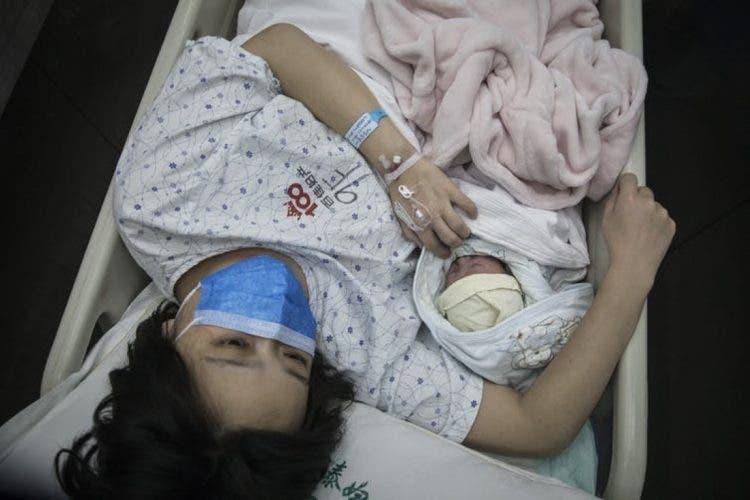 Oculta sus síntomas para acompañar a su esposa en el parto y la ...