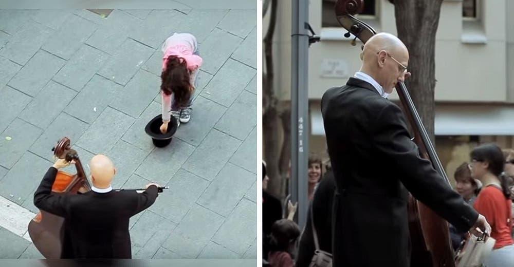 La reacción de una niña ante un músico callejero motiva a una multitud de personas a acercarse