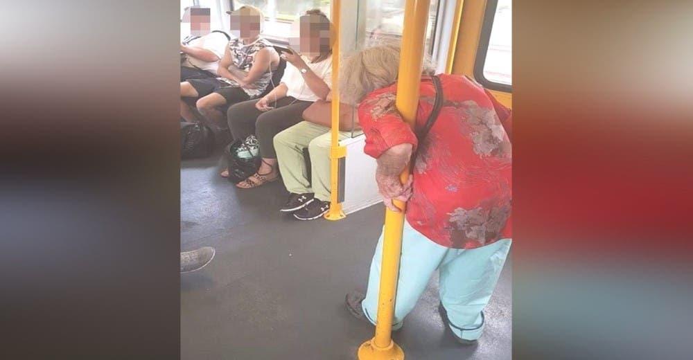 3 jóvenes pasajeros actúan con indiferencia ante una abuelita que intenta mantenerse en pie
