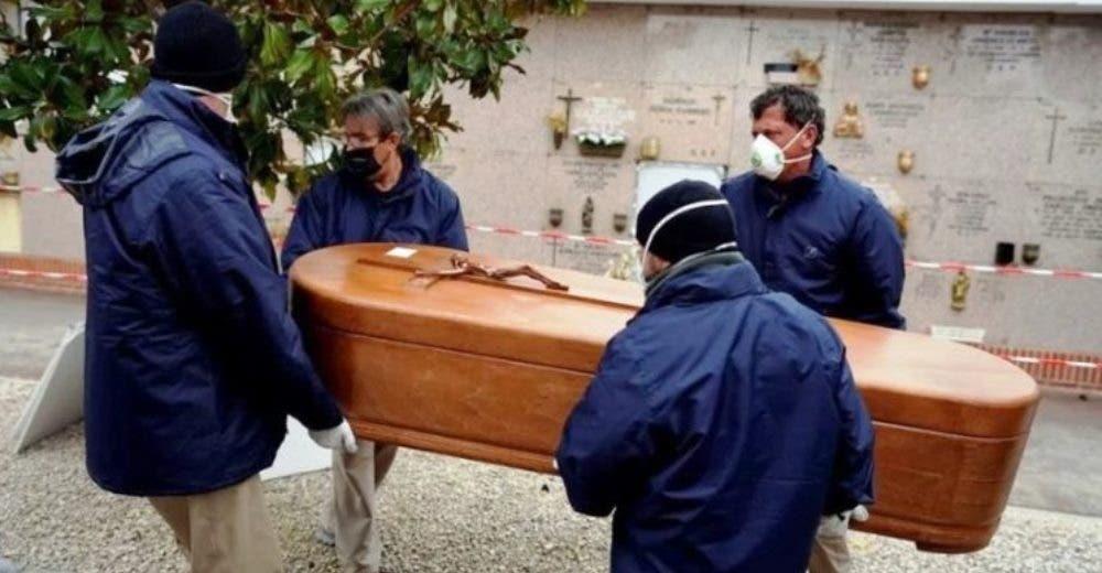 Abre el ataúd para despedirse de su madre y comprueba que era el cuerpo de otra persona