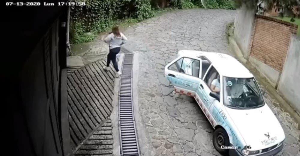 Una mujer se baja de un taxi para robarse el presente que le habían dejado frente a su casa