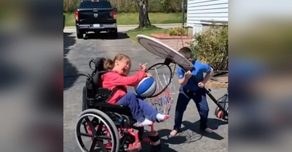 «Tú puedes» – Se esfuerza por ayudar a su hermanita discapacitada a encestar el balón