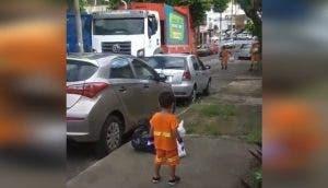 Un humilde niño espera ansioso a los recolectores de basura vestido como ellos para ayudarlos