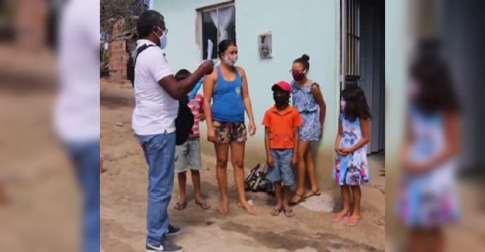 Visita las viviendas de sus humildes alumnos para velar por ellos y termina desconcertado