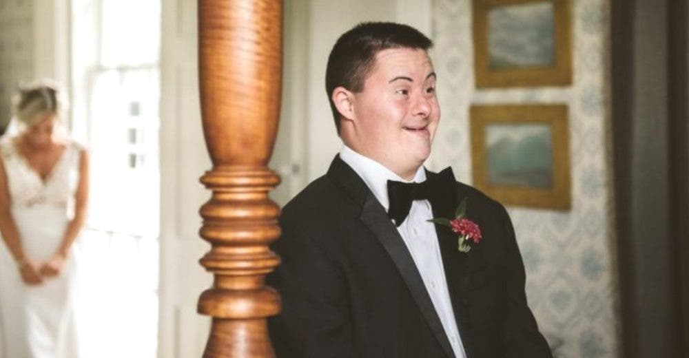 Justo cuando estaba a punto de casarse hace llorar a su hermano con Síndrome de Down
