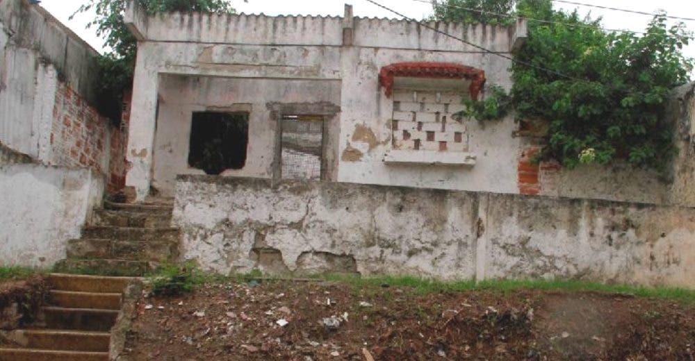 Compra una casa en ruinas para venderla pero cuando ve el patio decide quedarse con ella