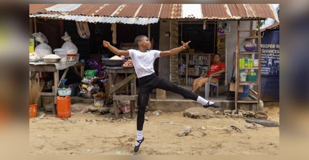 Baila en las calles de barro bajo la lluvia en su humilde y su vídeo le da la vuelta al mundo