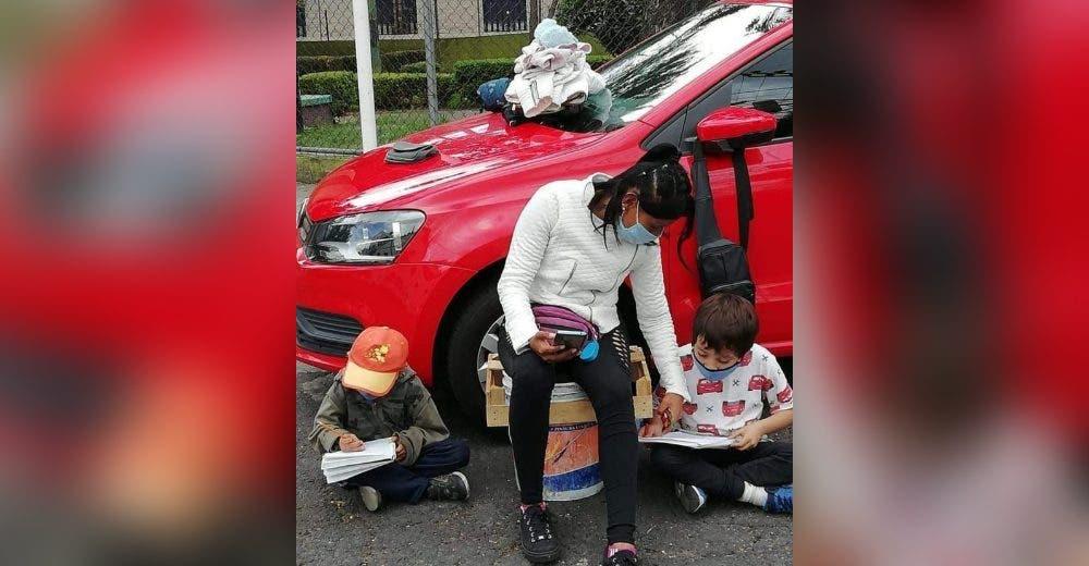 El drama de los 2 hermanitos que se ven obligados a hacer sus deberes en plena calle