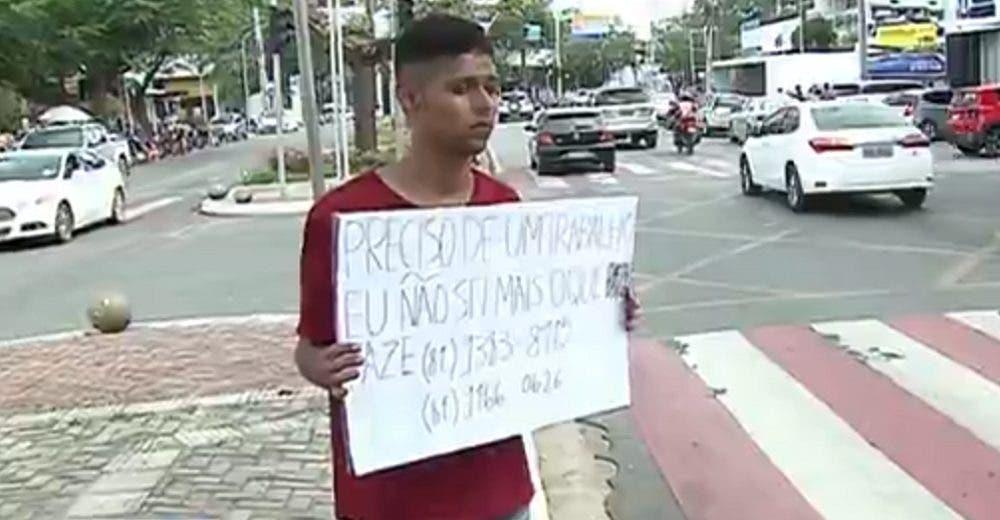 Desesperado por encontrar empleo se detiene en un semáforo y termina llorando