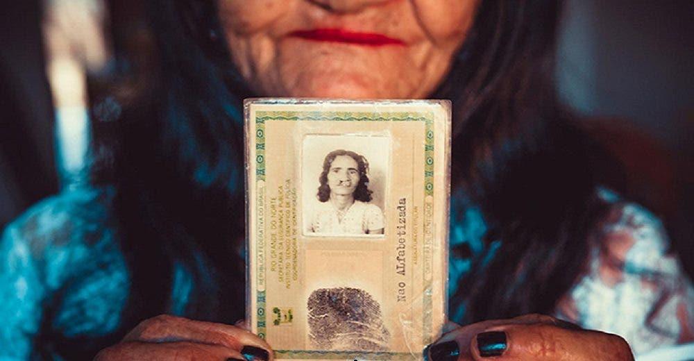 A sus 67 años y tras décadas de sufrimiento logra su sueño de pintar sus labios por primera vez