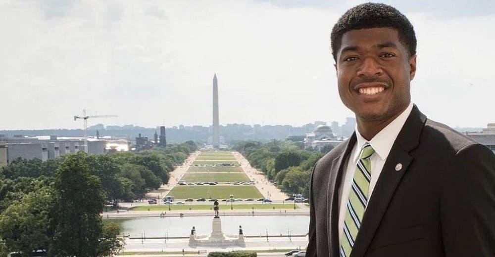 Hace historia al convertirse en el primer estudiante de color con un cargo en Harvard