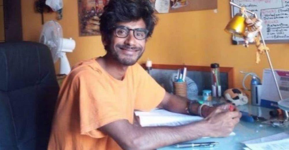 El joven que vendía rosas en la calle logra graduarse de médico para ayudar a su gente