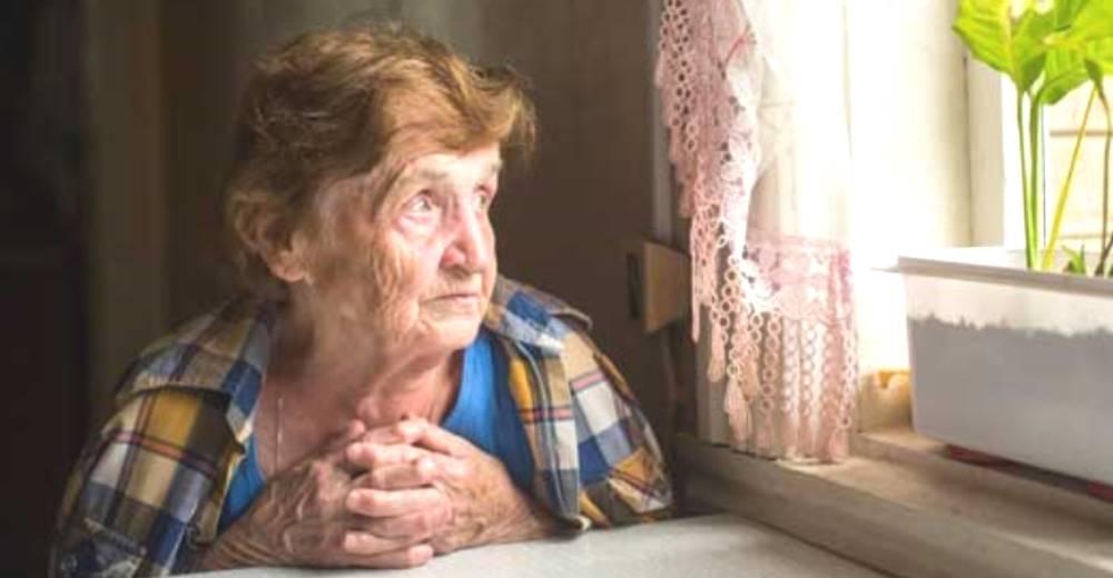 Una abuelita de 87 años suplica desconsolada que le paguen el alquiler para sobrevivir