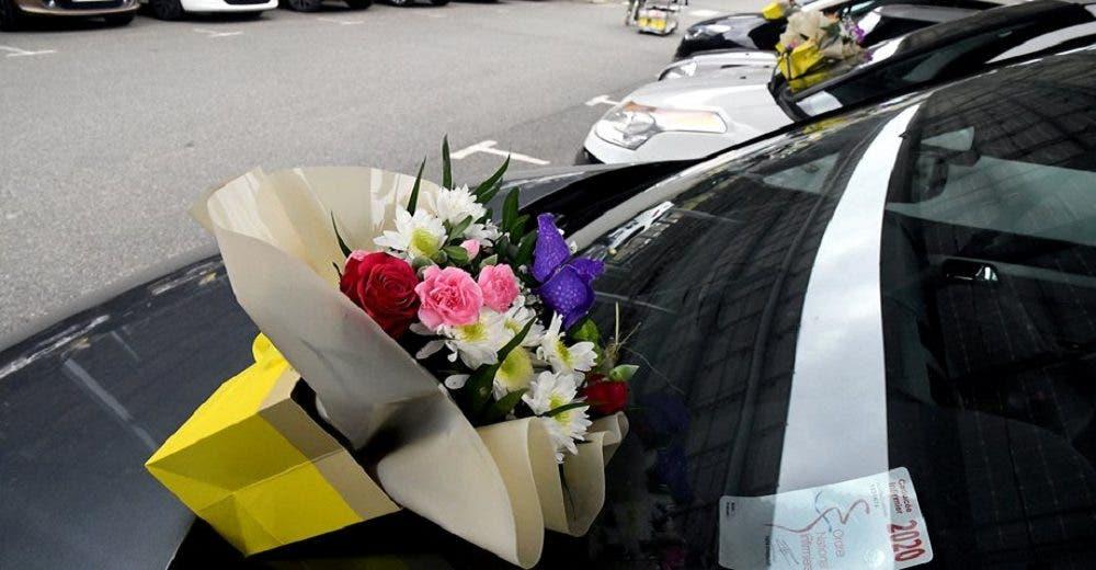 Decenas de flores aparecen en el estacionamiento de un hospital y el personal rompe en llanto
