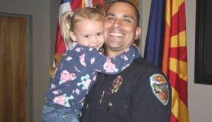 Un policía adopta a la niña de 4 años que ayudó y ahora son una familia muy feliz